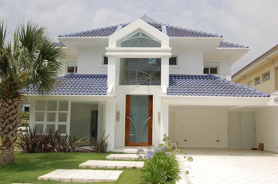 Casa brasileira com telhado azul