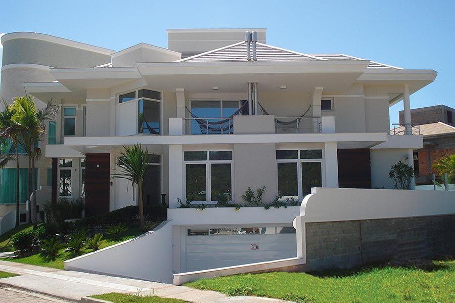 Casa brasileira grande com varandas no pavimento superior