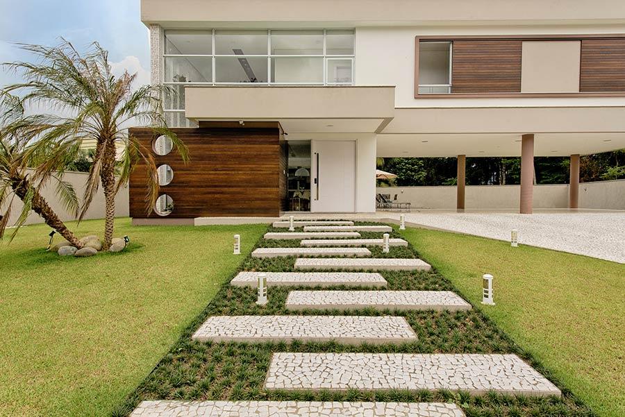 Casa moderna com revestimento de madeira