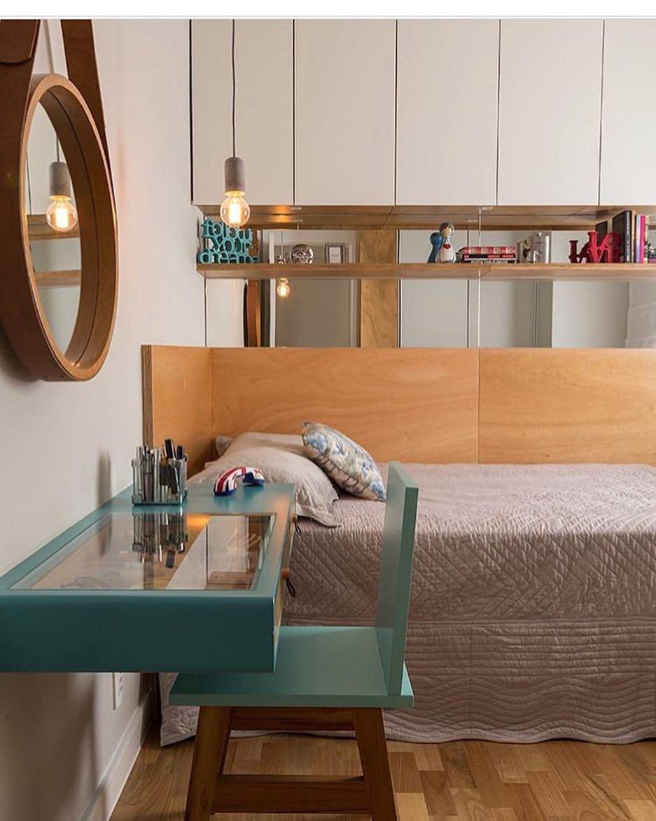 Escrivaninha em quarto dedicado para uma jovem