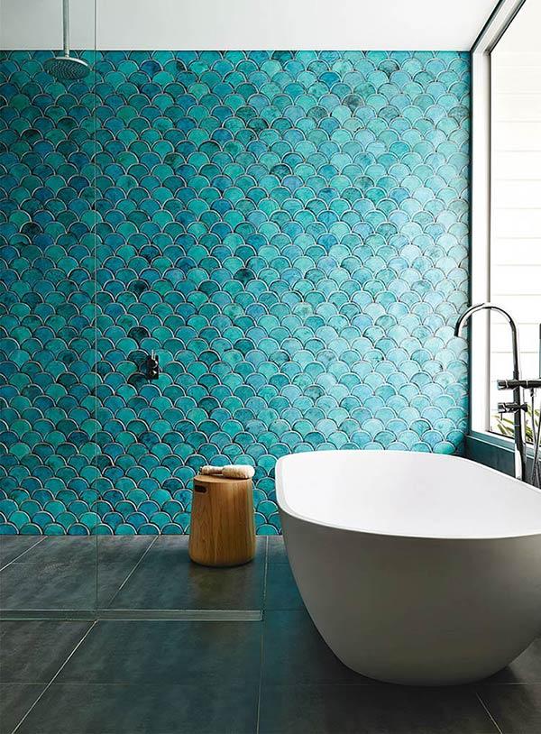 Banheiro de sereia com o revestimento a cor