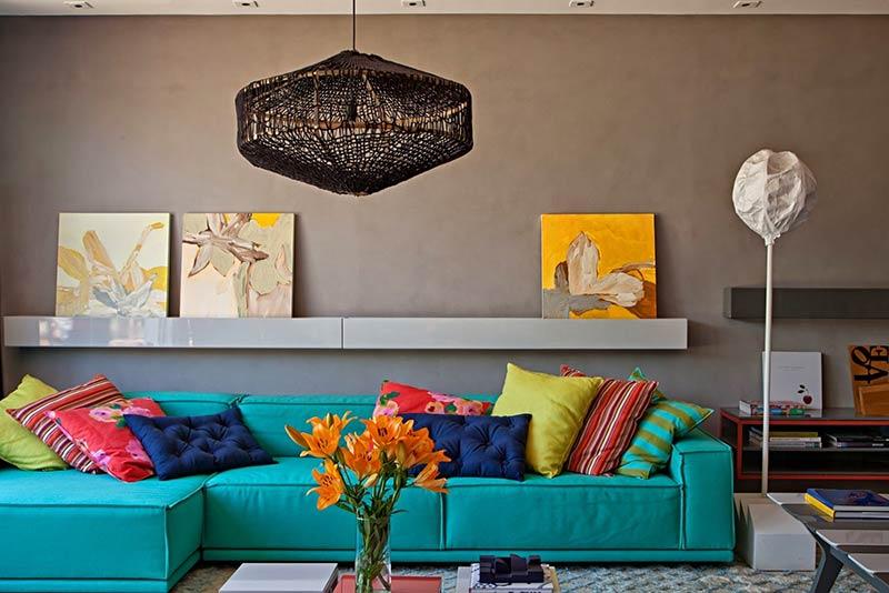 Sofá azul turquesa em sala de estar