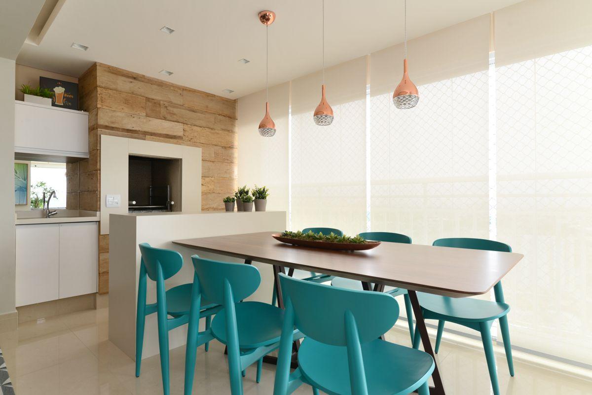 Varanda gourmet com cadeiras azul turquesa