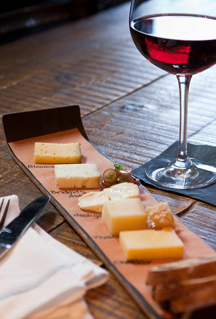 Um pedacinho de cada queijo para degustar com vinho