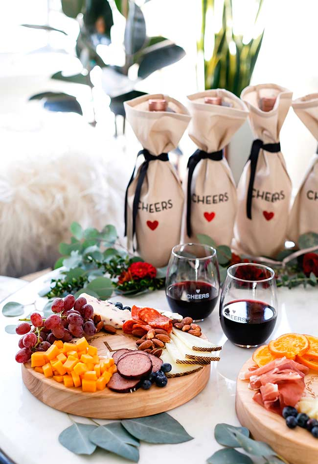 Uma mesa de frios para noivado.