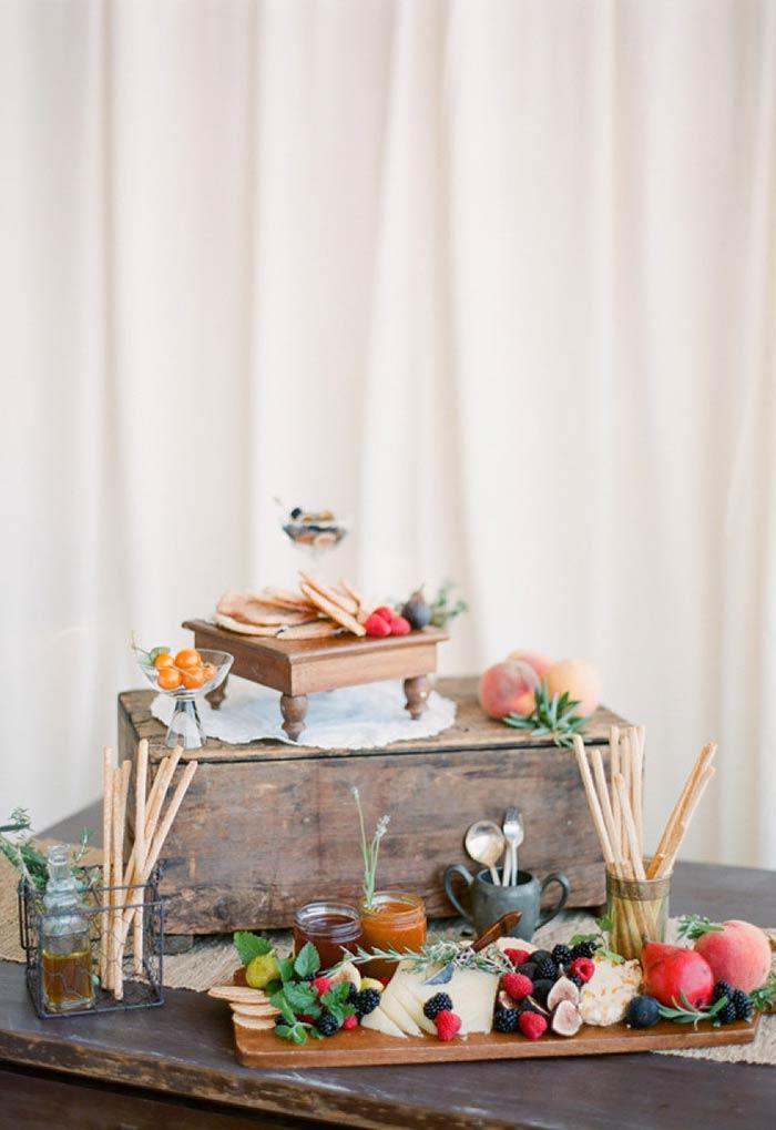 Frutas vermelhas na mesa.