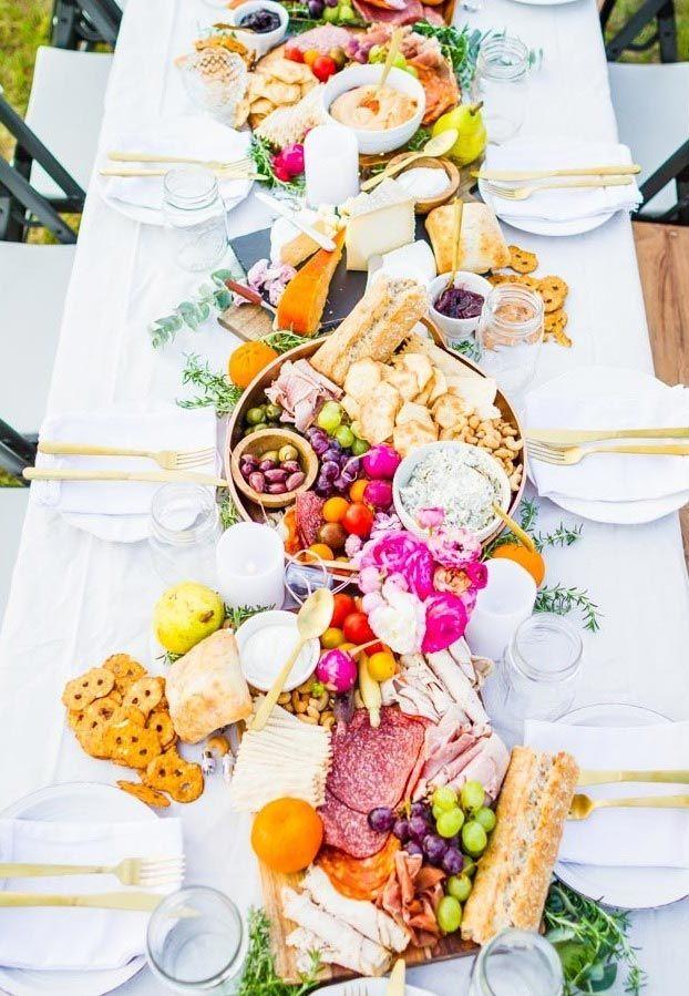 Cor e variedade na decoração da mesa de frios e frutas.