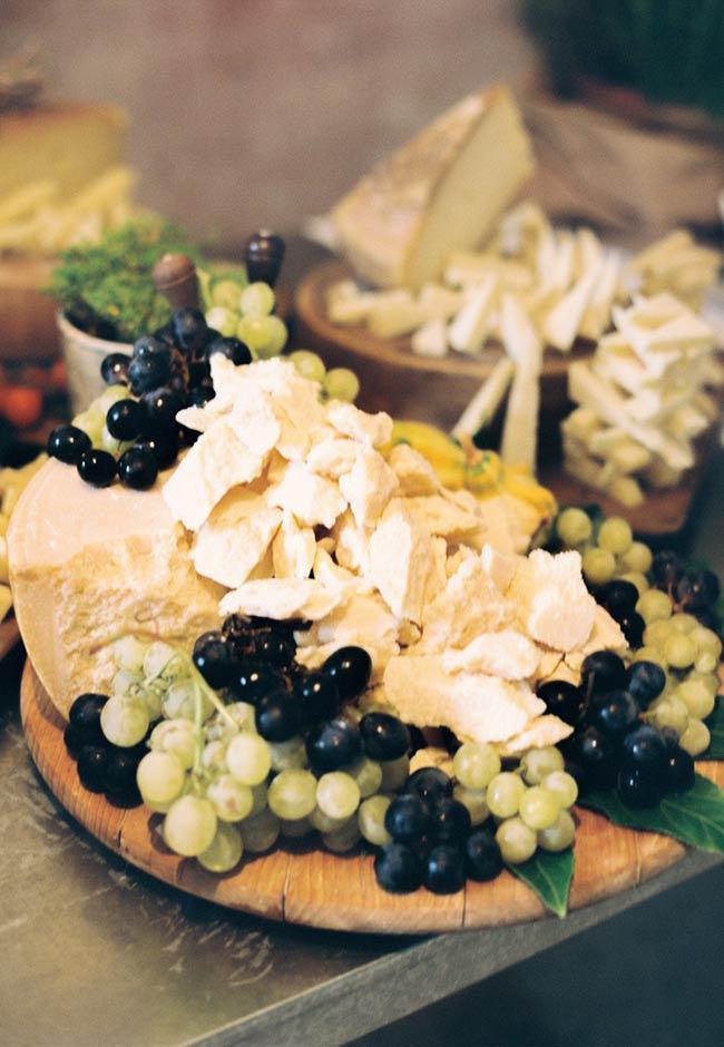 Use cachos de uva para decorar com pedaços de queijo.