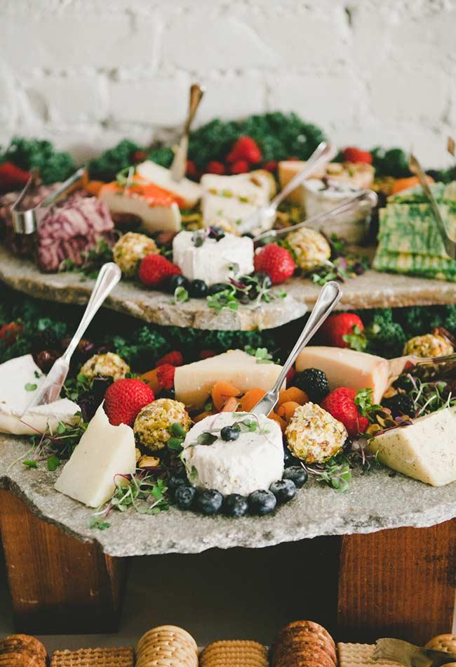 Ervas e frutas trazem as cores do pomar para a mesa.