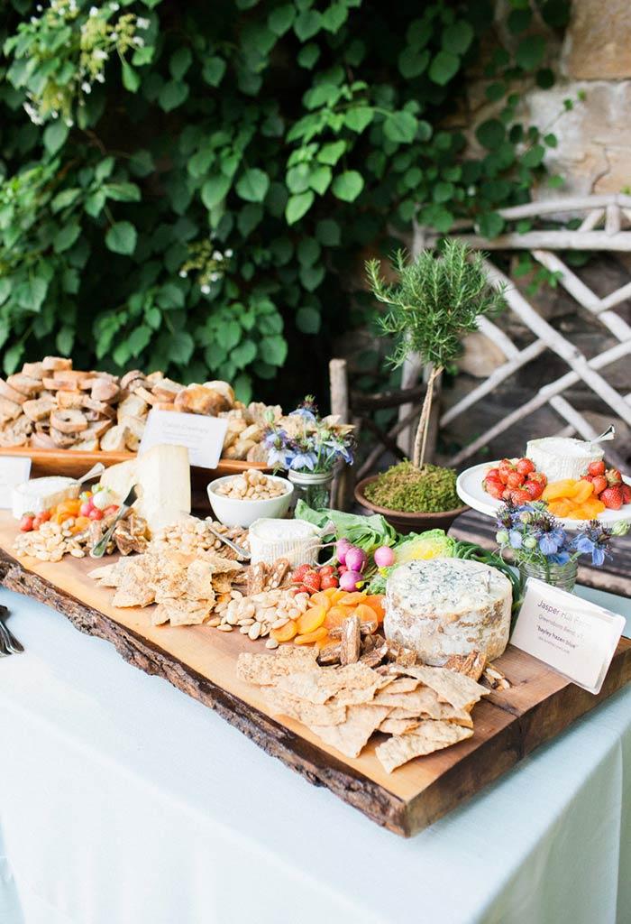 Táboa com formato de árvore para a decoração da mesa.