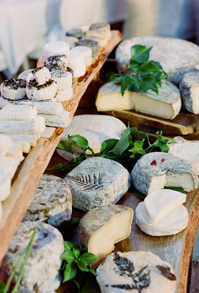 Aposte na variedade de peças de queijos.