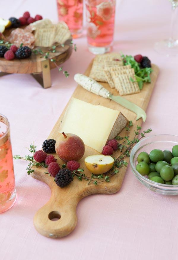 Aposte em drinks refrescantes e coloridos na mesa.