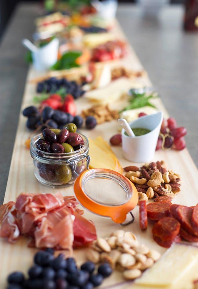 Pequenas porções em tábua para mais convidados.