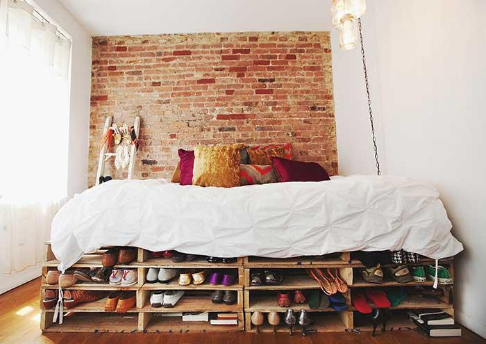 Sapateira abaixo da cama com paletes