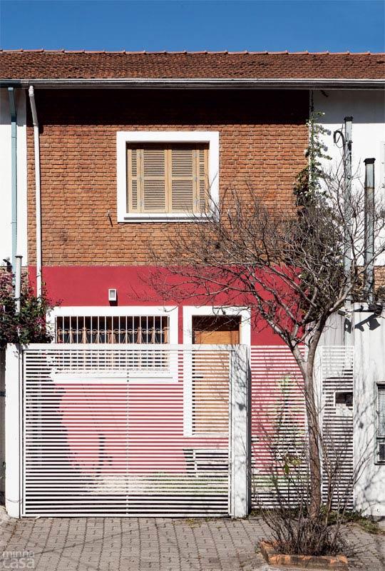 Sobrado pequeno e acolhedor com a fachada de tijolinhos à vista