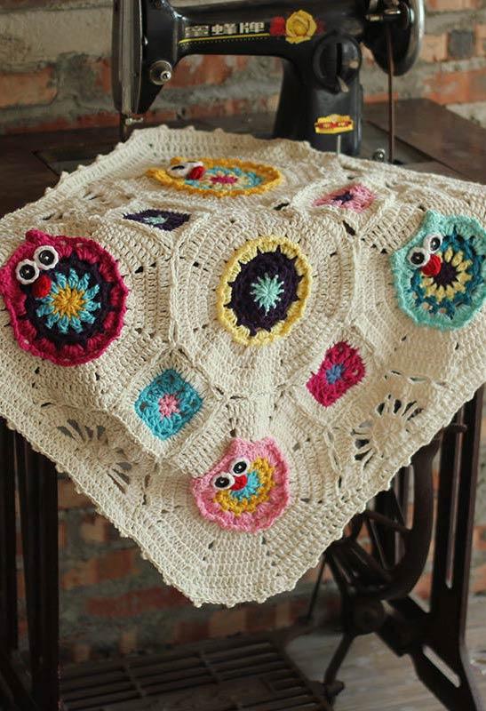 Tapete neutro com corujinhas de crochê aplicadas