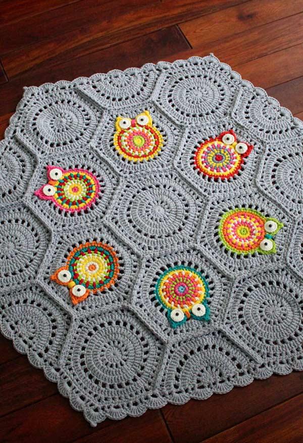 Tapete hexagonal com corujinhas de crochê coloridas