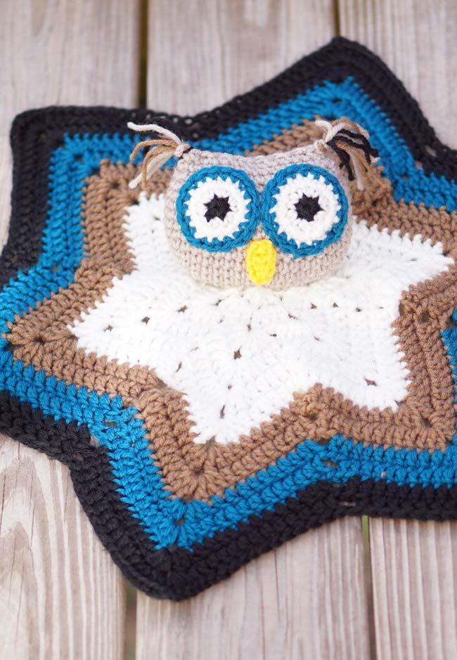 Tapete em formato de estrela com coruja de crochê