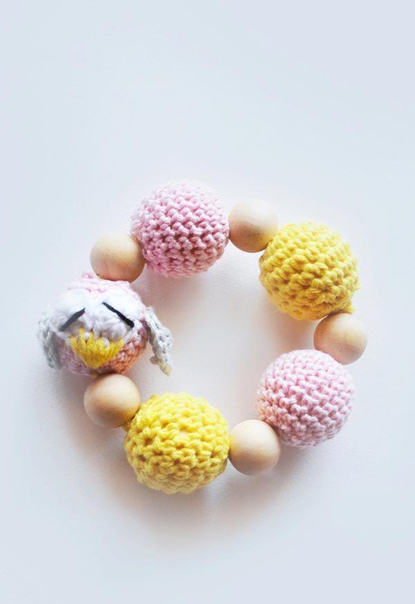 Pulseira com aplicação de bolinhas de crochê