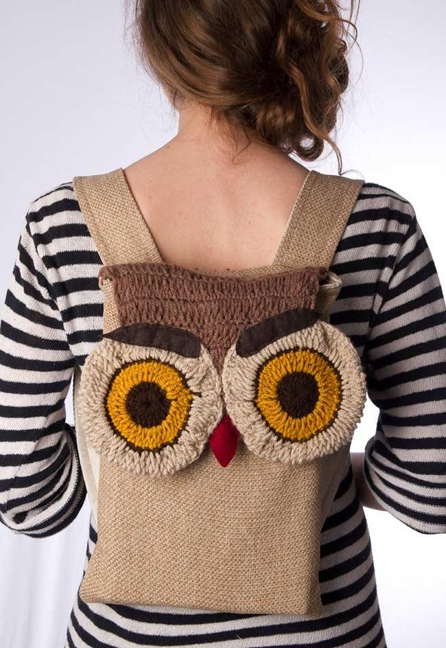 Mochila de tecido com aplicação da coruja de crochê