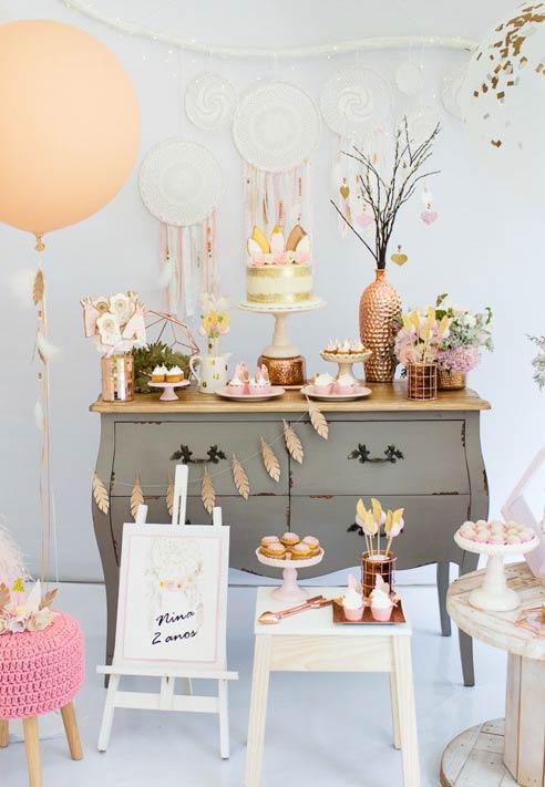 Mesa de doces com cores neutras