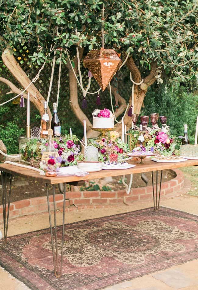 Aproveite a cor e a textura da mesa de madeira