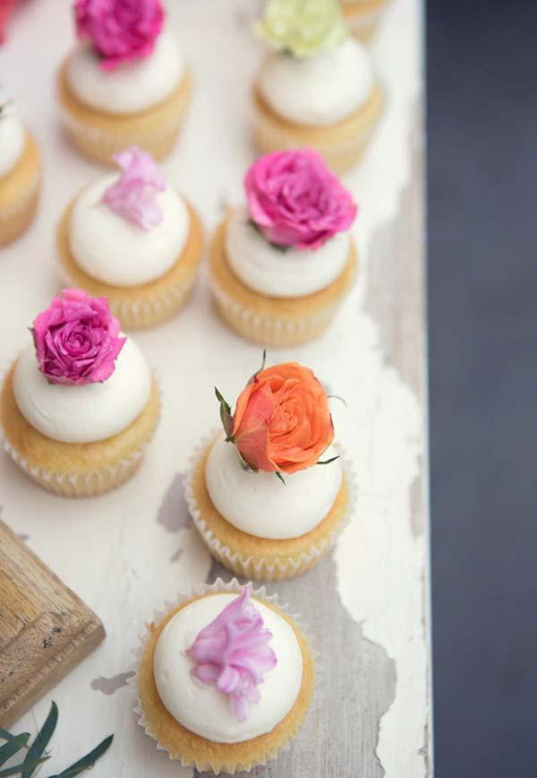Decoração de cupcake com flores comestíveis