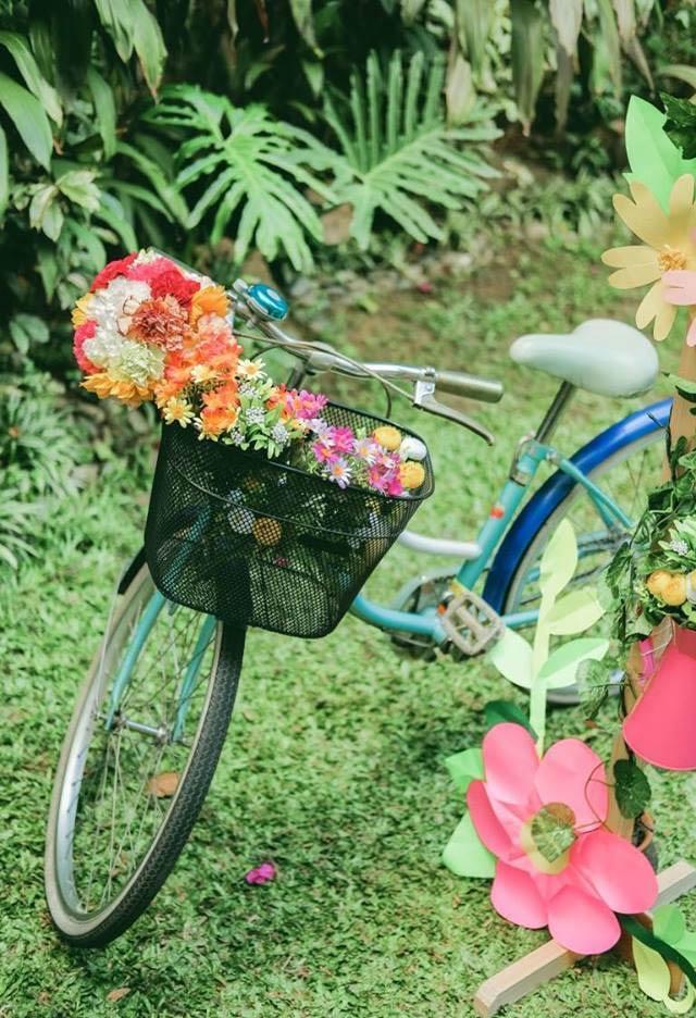 Bicicleta decorada com flores no cesto