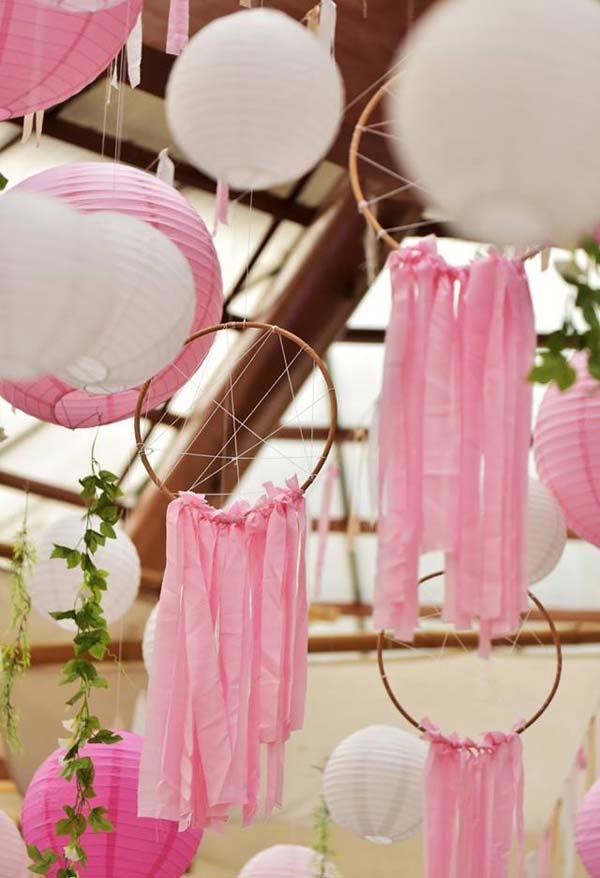 Móbiles e tecidos para decorar a festa cigana