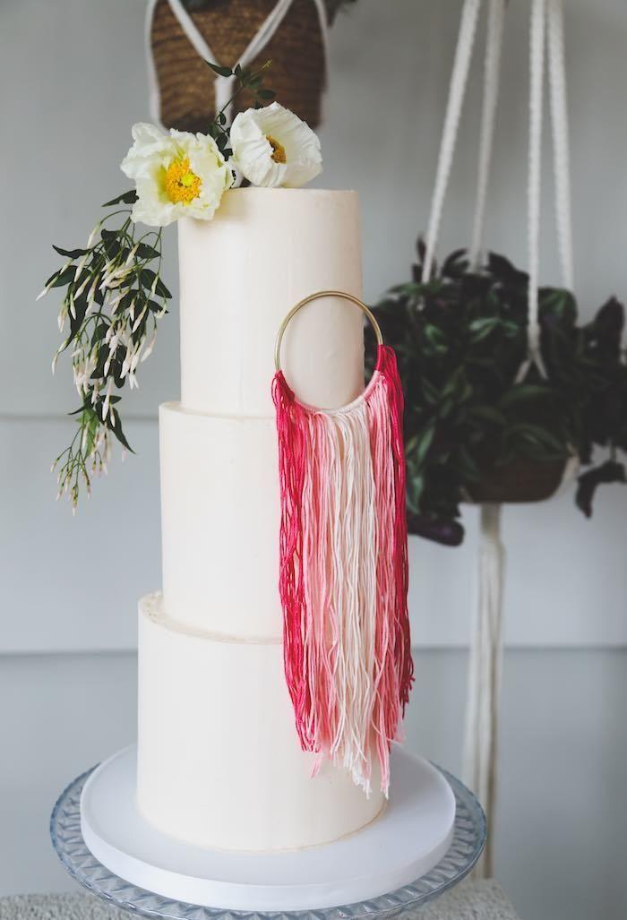 Decoração com flores e fitas para bolo
