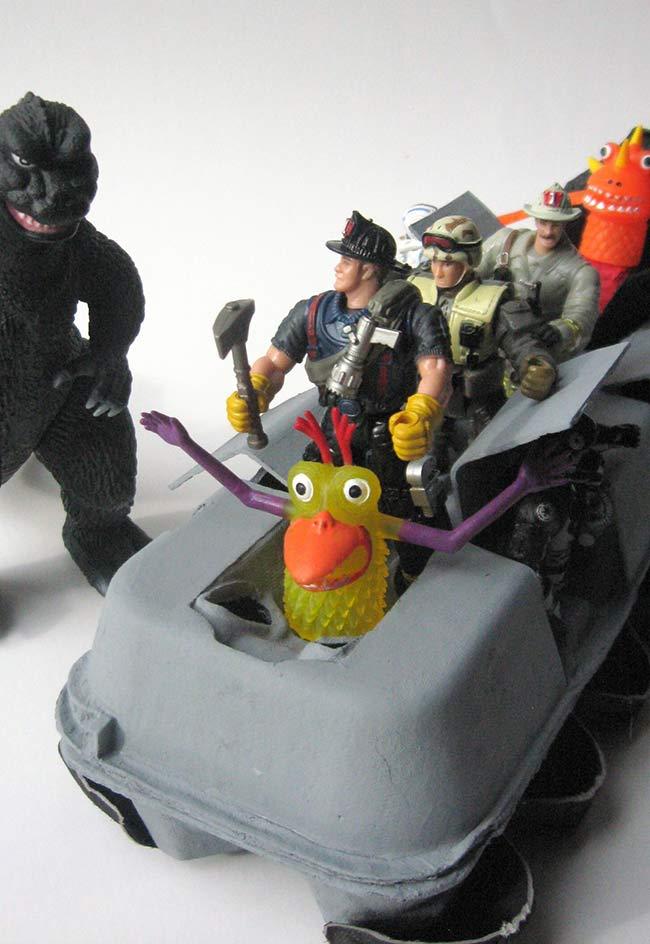 Veiculo de brinquedo para bonecos em ação