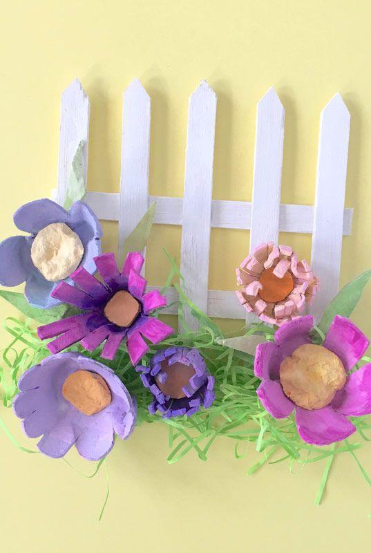 Cerca florida com caixas de ovo