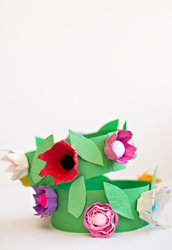 Coroa de flores com caixa de ovo