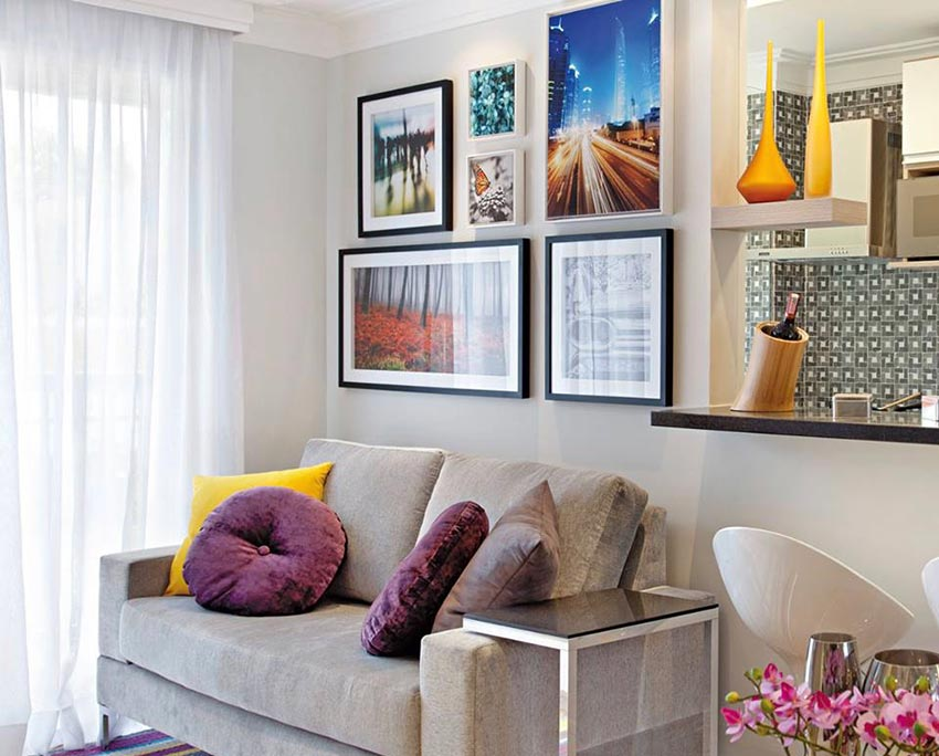 Combinação de fotos na parede da sala