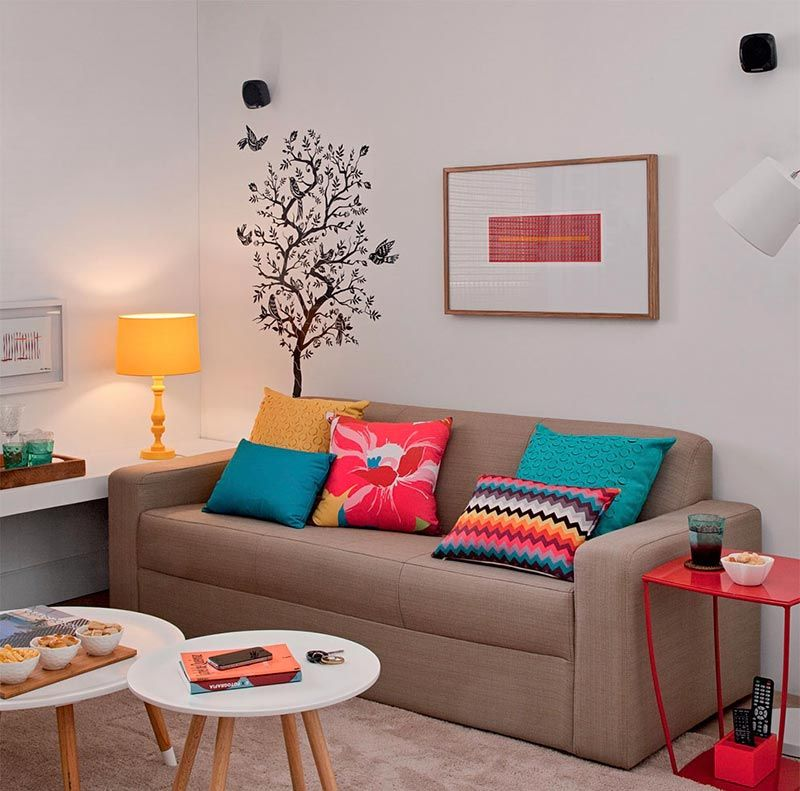 Aposte no adesivo de parede para uma decoração de sala simples