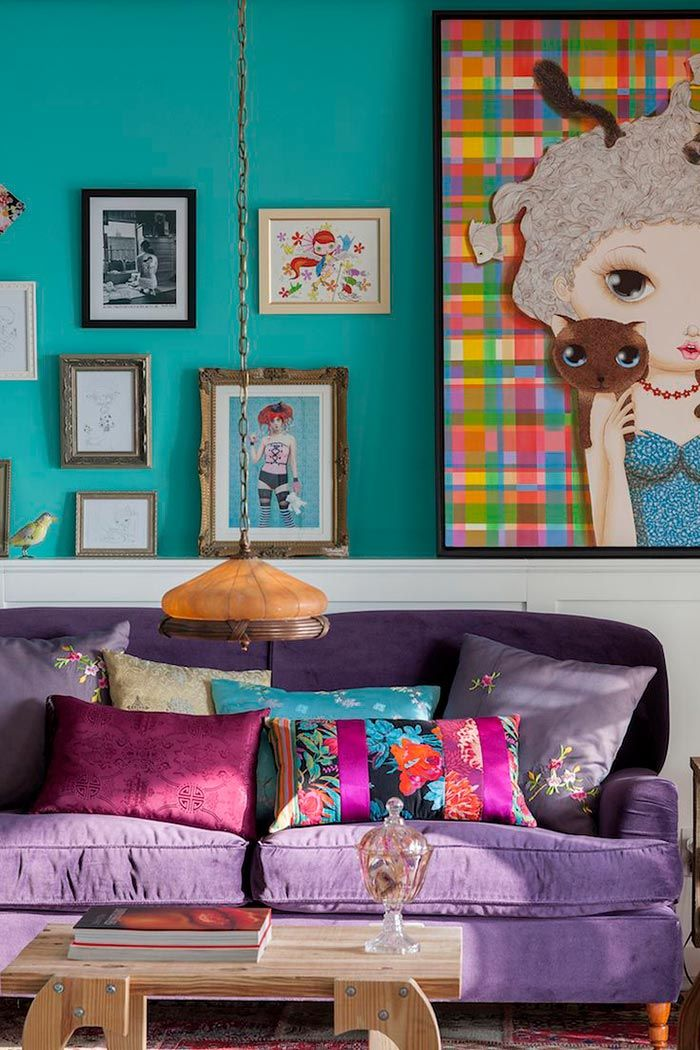 Este projeto aposta em cores vibrantes para uma sala simples feminina
