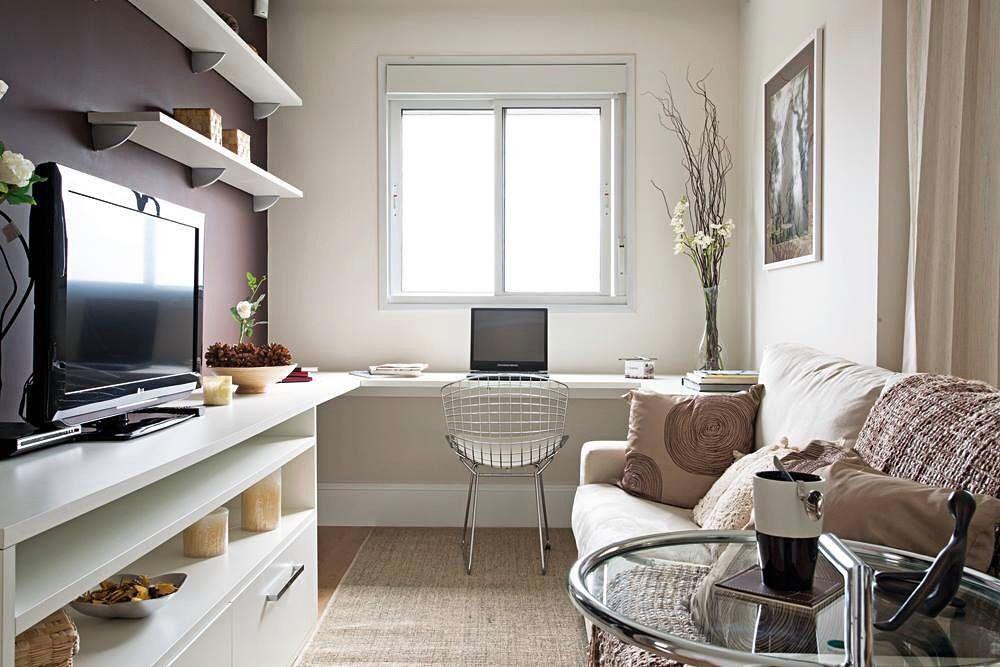 Aproveite o cantinho com a janela para montar uma escrivaninha.