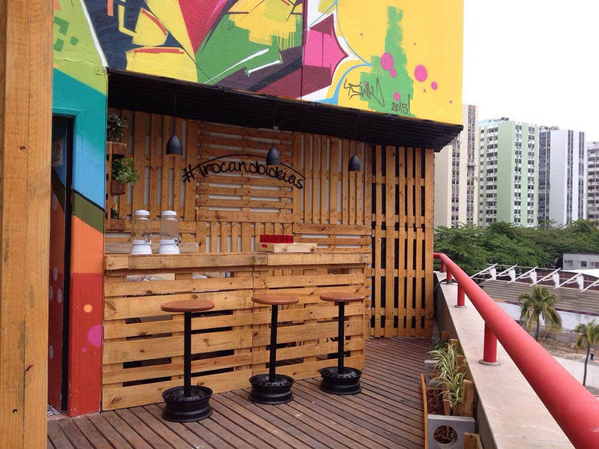 Espaço de bar feito com pallet