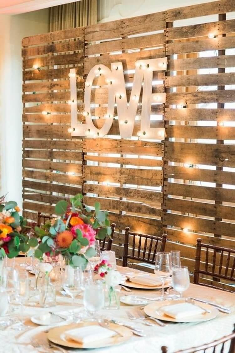 Clima romântico com o painel na sala de jantar