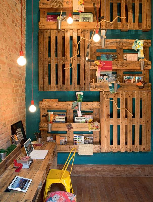 Organização do home office com painel de pallet