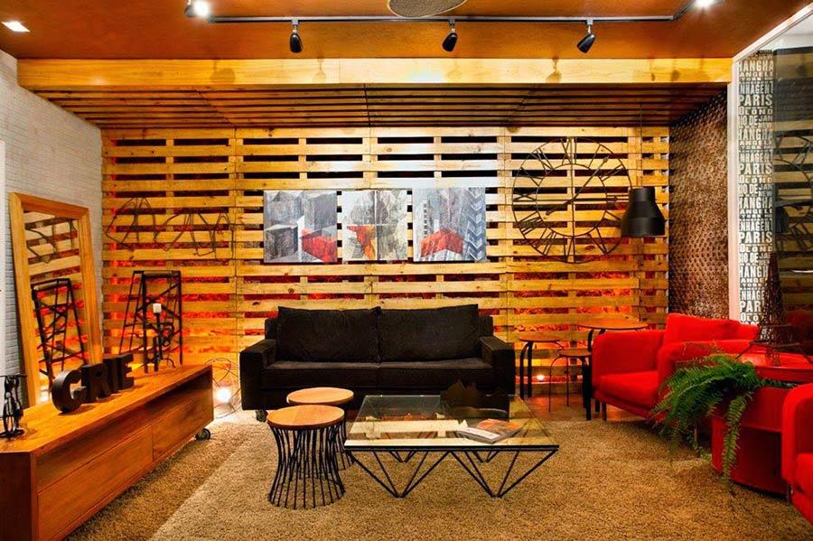 Painel de pallet para sala com quadros decorativos