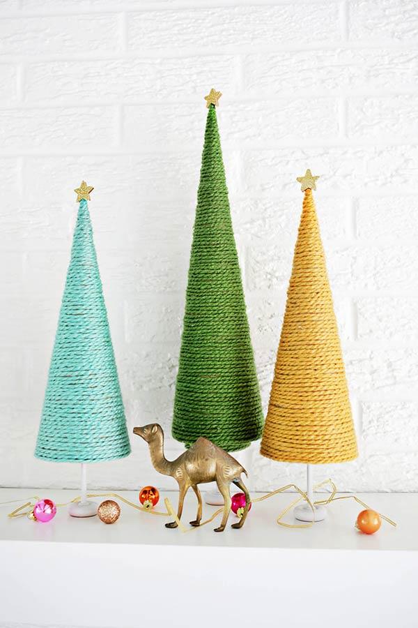 Mini-árvores de Natal com barbante colorido