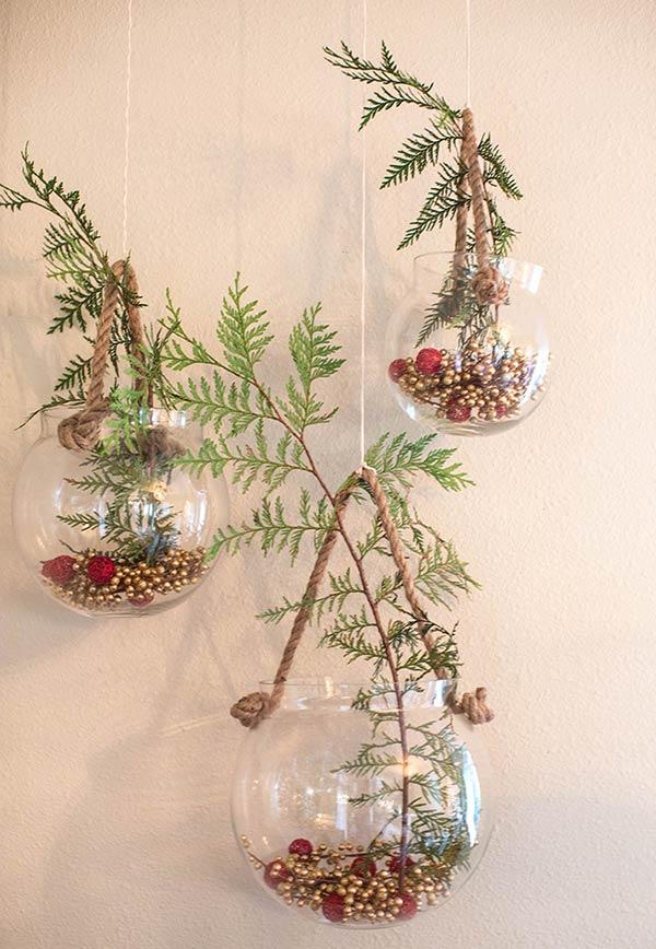Faça um enfeite natalino artesanal com redoma de vidro