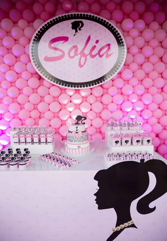 Parede de balões rosa e silhueta da barbie