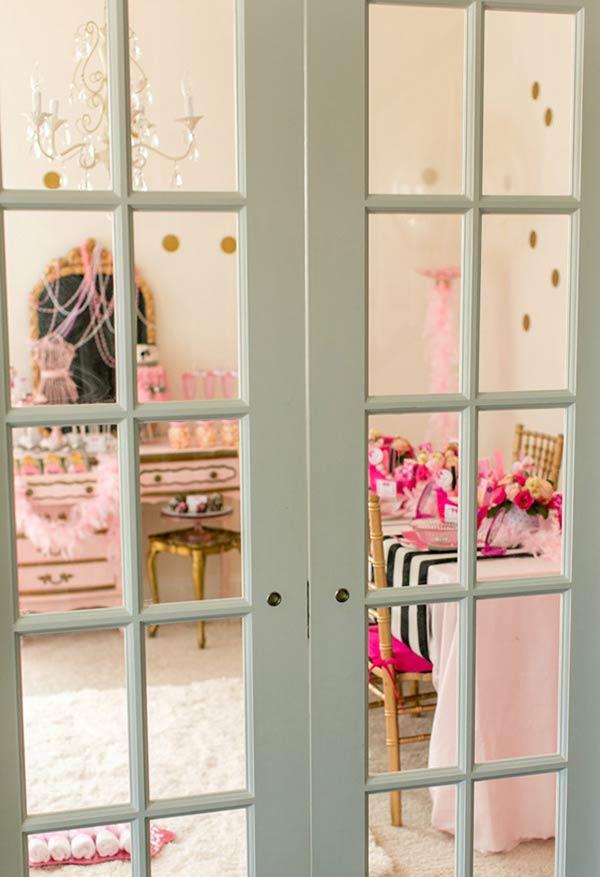 Sala preparada com decoração da Barbie provençal