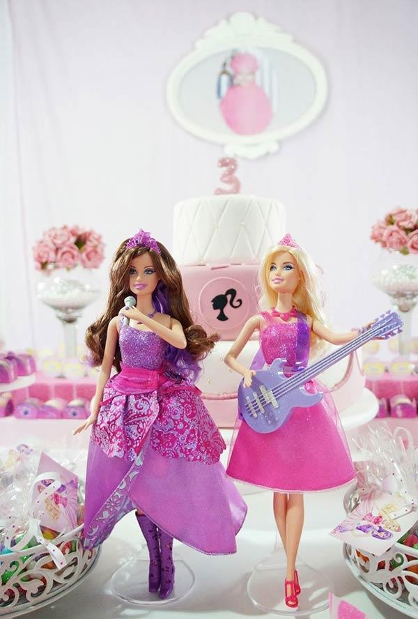 Barbie e suas amigas prontas para o show