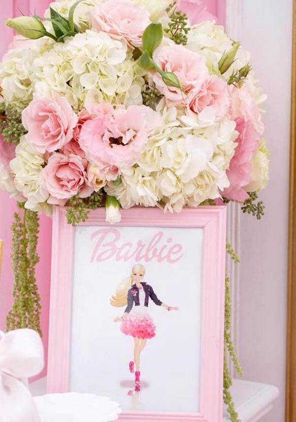 Quarto da Barbie com flores na entrada