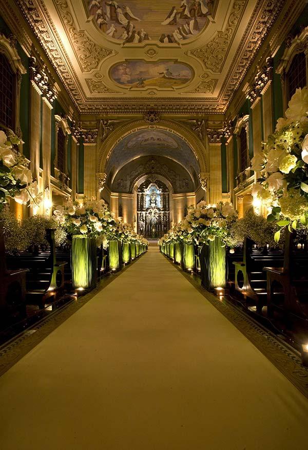 Altar com buquês de flores