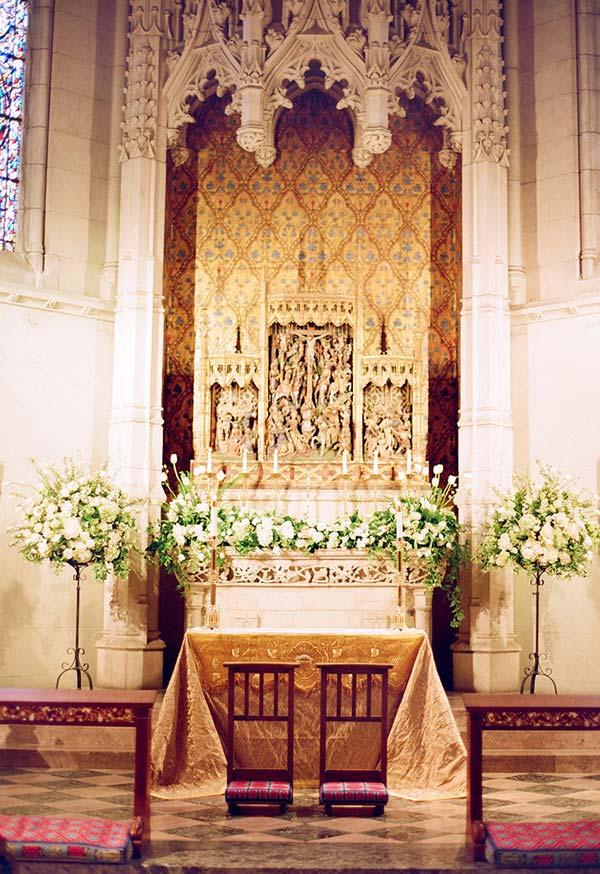 Flores e arbustos nas paredes do altar