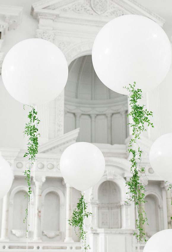 Linda decoração de igreja com foco no branco